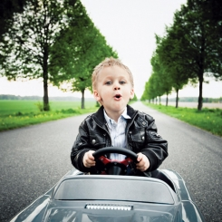 Papa, maman, moi aussi je veux conduire comme un grand !